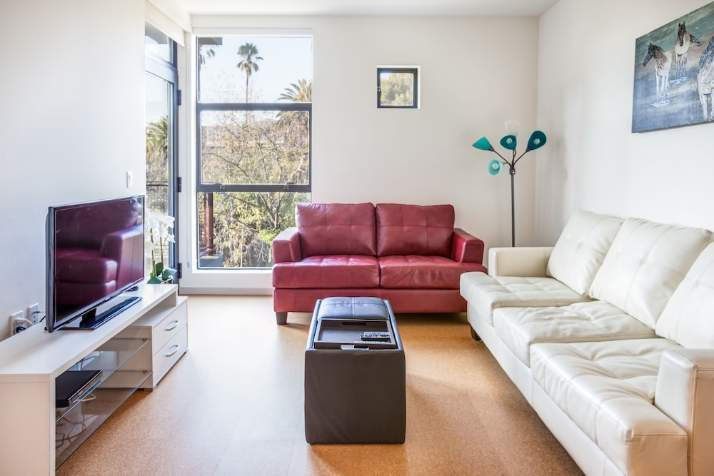 Hollywood & Sunset Furnished Apartments, Sleeps 5-6 Guests