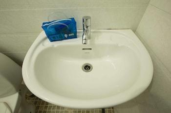 OYO 6674 StayOut Tiara Morjim By The Bay - Bathroom  - #0