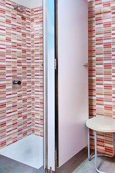 Itaca Hostel Barcelona - Bathroom Shower  - #0