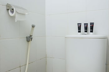 RedDoorz Apartment @ The Suites Metro Soekarno Hatta - Bathroom  - #0