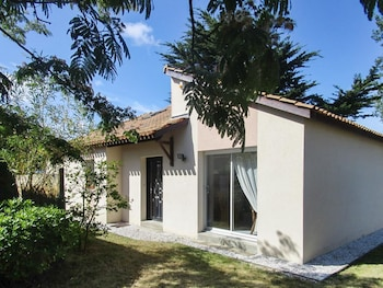 Photo for Adorable house with private garden in La Plaine-sur-Mer