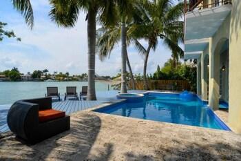 Charming Waterfront 6 Bedroom Villa