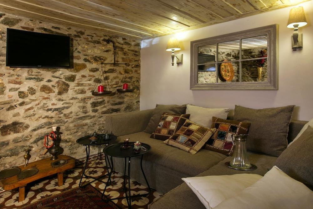 Classic Villa Ottoman