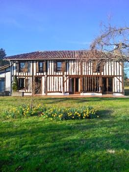 Photo for Charming Garden House in Trensacq
