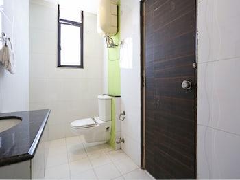 OYO Flagship Delhi Airport - Bathroom  - #0