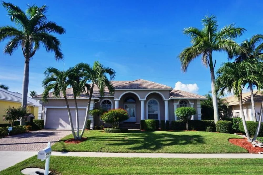 TO1120 4 Bedroom Holiday Home by Marco Naples Vacation Homes