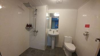 Hotel Tong Yeondong Jeju - Bathroom  - #0