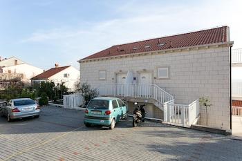 Apartments Carmelitta - Parking  - #0