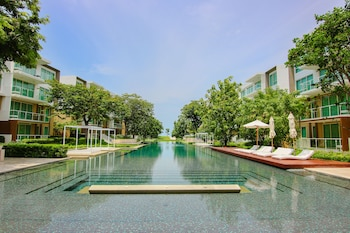 Hua Hin Luxury Beachfront Condo By Mon (673076) photo