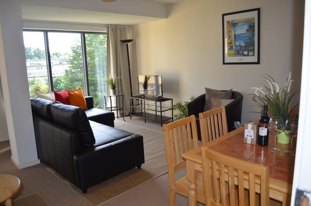 MetroStays - Riverside Apartment
