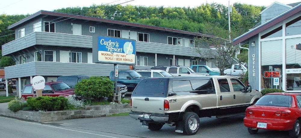 Curley's Resort & Dive Center