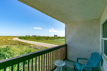 One Block From Beach at Seabreeze Suites by RedAwning