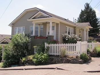 3201S Lake Washington Cottage by RedAwning