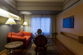 Bellevue Hotel Alabang Living Area