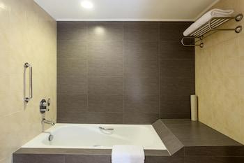 Bellevue Hotel Alabang Bathroom