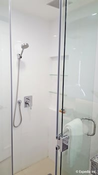 Pontefino Hotel Batangas Bathroom Shower
