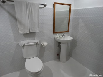 The Garden Plaza Hotel & Suites Manila Bathroom