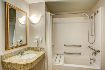 Comfort Suites Milwaukee - Park Place - Bathroom  - #0