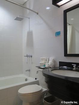 Microtel Inn by Wyndham Davao Bathroom