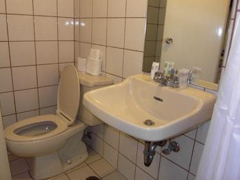 The Perla Hotel Makati Bathroom