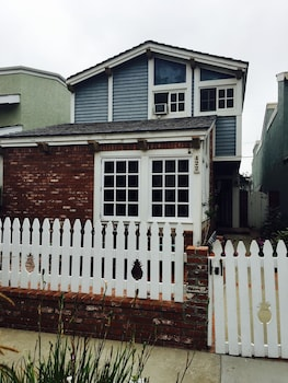 422 19th Street Home in Huntington Beach - 3 Br home by RedAwning