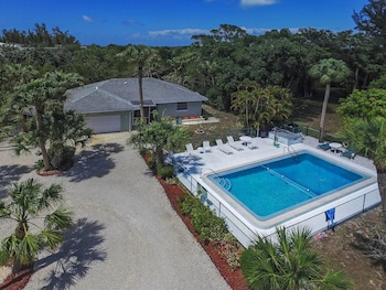 Sanibel Shores D - Beach Palms - 3 Br home by RedAwning