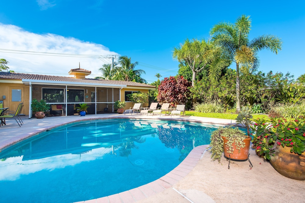 Lush Oasis Home - 2 Br home by RedAwning