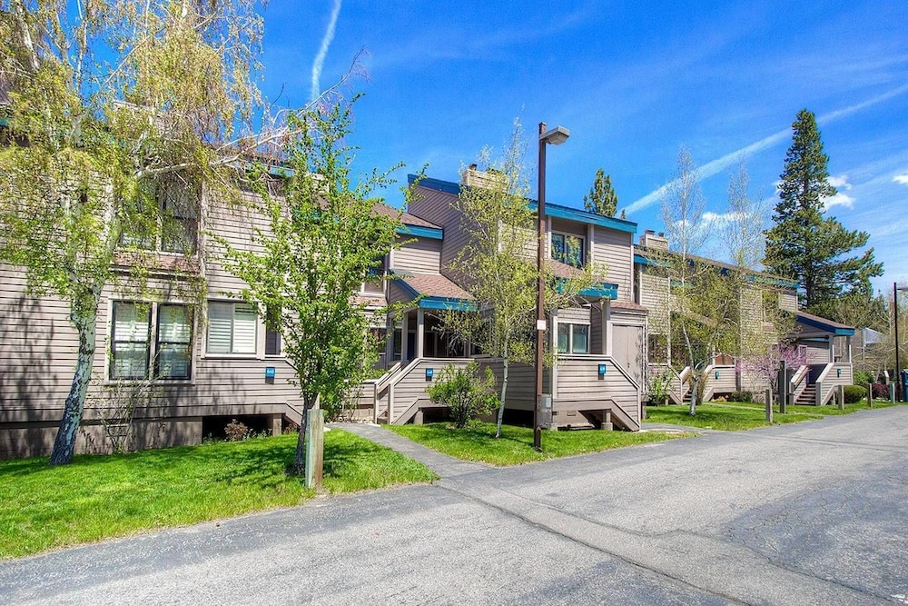 4 Bedrooms Lakefront Stunner Condo by RedAwning