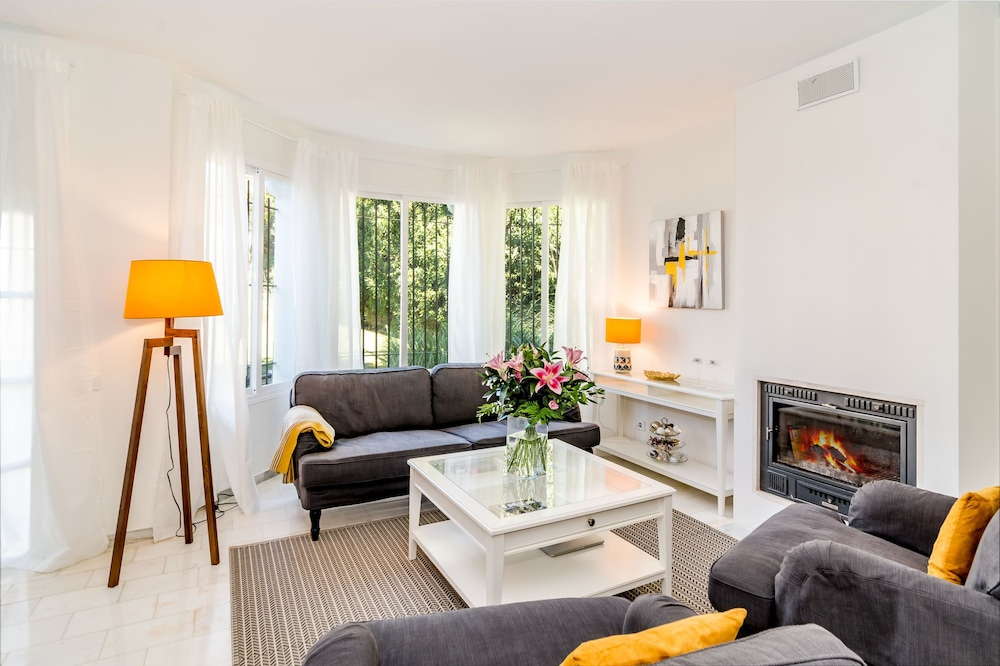 SE-Spacious townhouse in Nueva Andalucia Roomservice