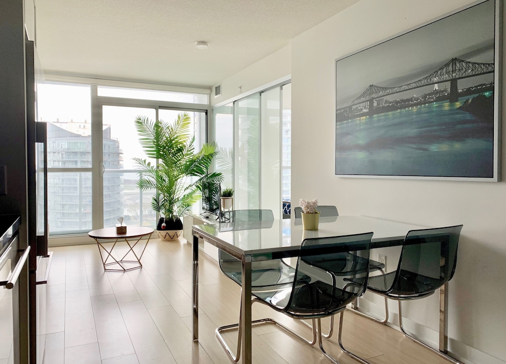 Bright 2 Bed Lakeview Suite