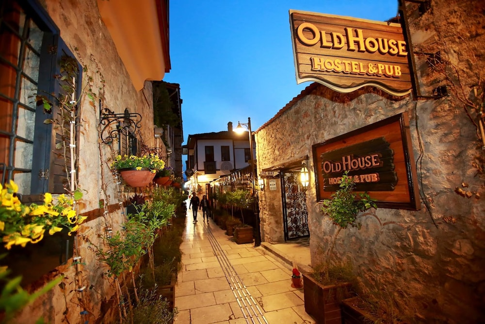 Old House Hostel & Pub