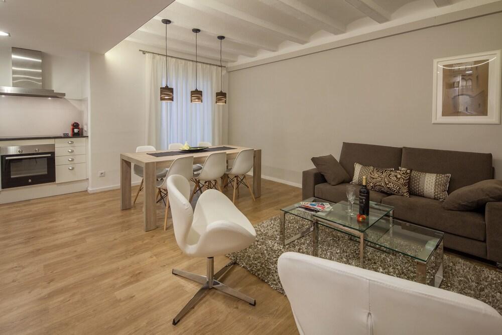 Habitat Apartments Parlament Balconies