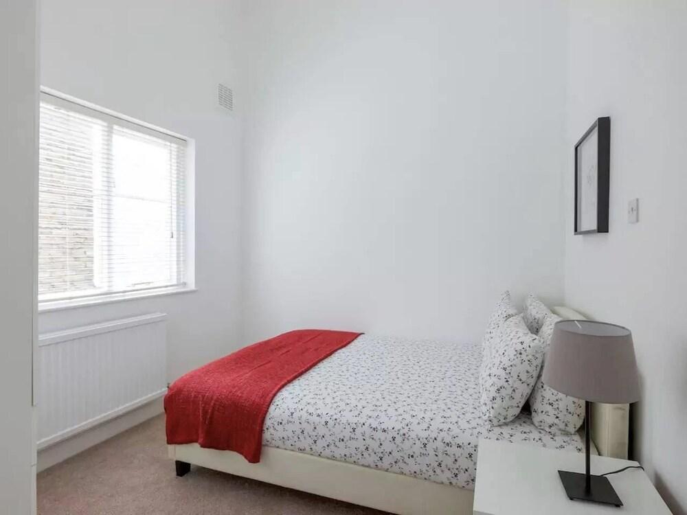 Fresh 2 Bedroom Flat in Victoria - Zone 1