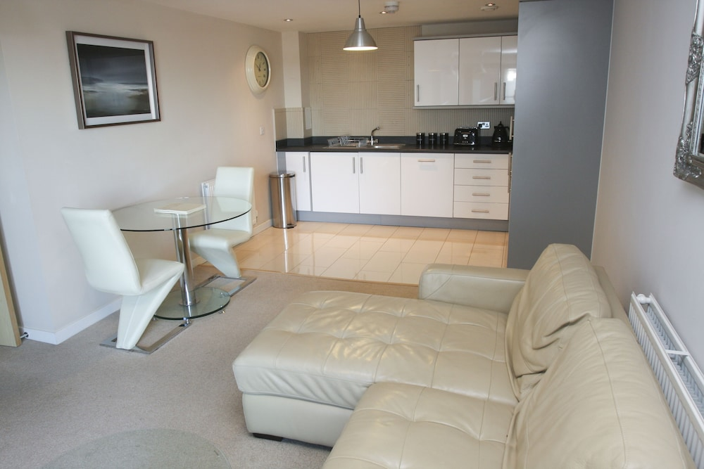 2 Bed Modern Apartment-Wilmington Close