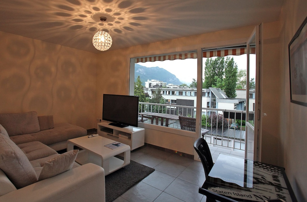 2 bright bedroom with balcony close to the lake
