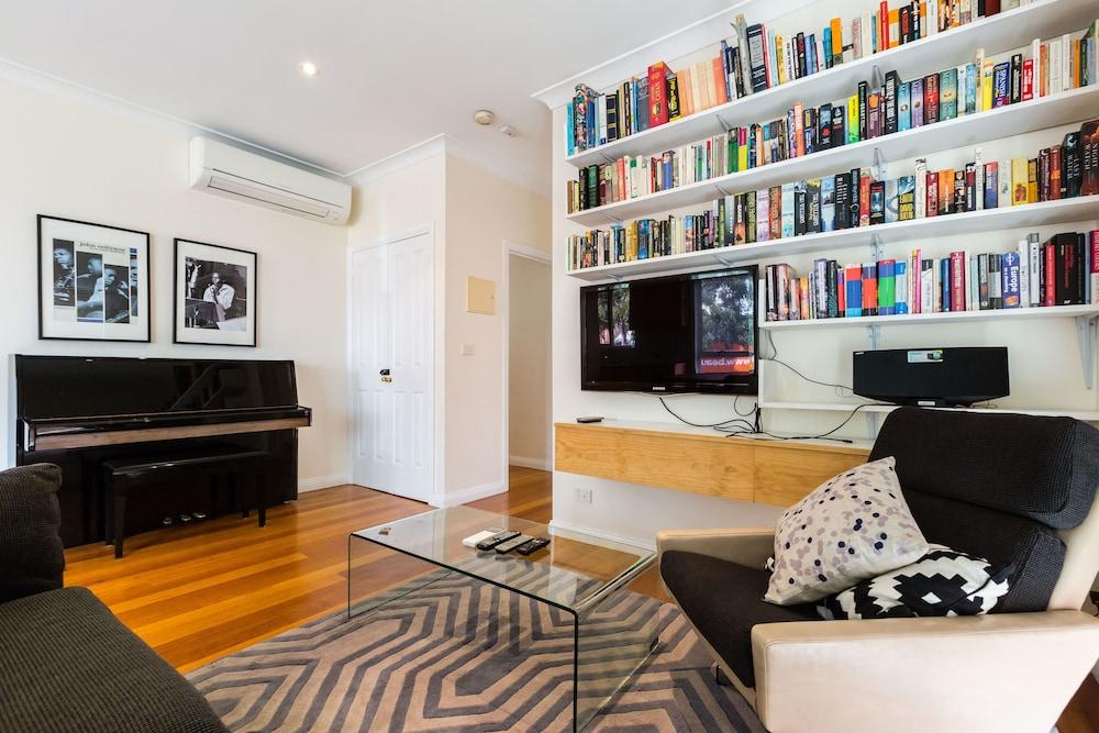 KIM, 2BDR West Melbourne Apartment