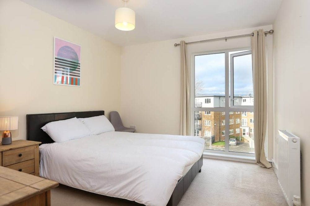3 Bedroom Apartment Sleeps 6 in Clapham South