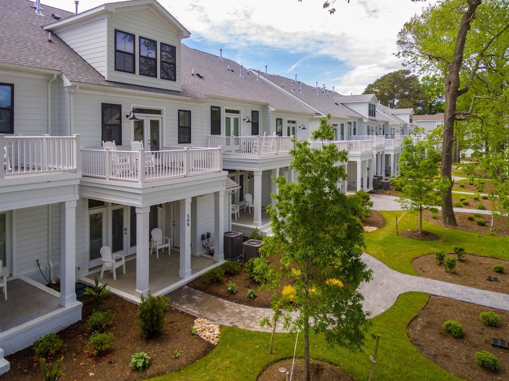 Gorgeous New Modern Farmhouse-style Townhouse Just Blocks From the Vir