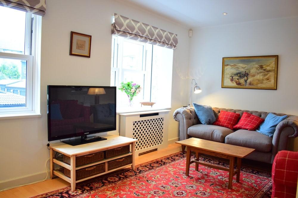 3 Bedroom House in Battersea Accommodates 5