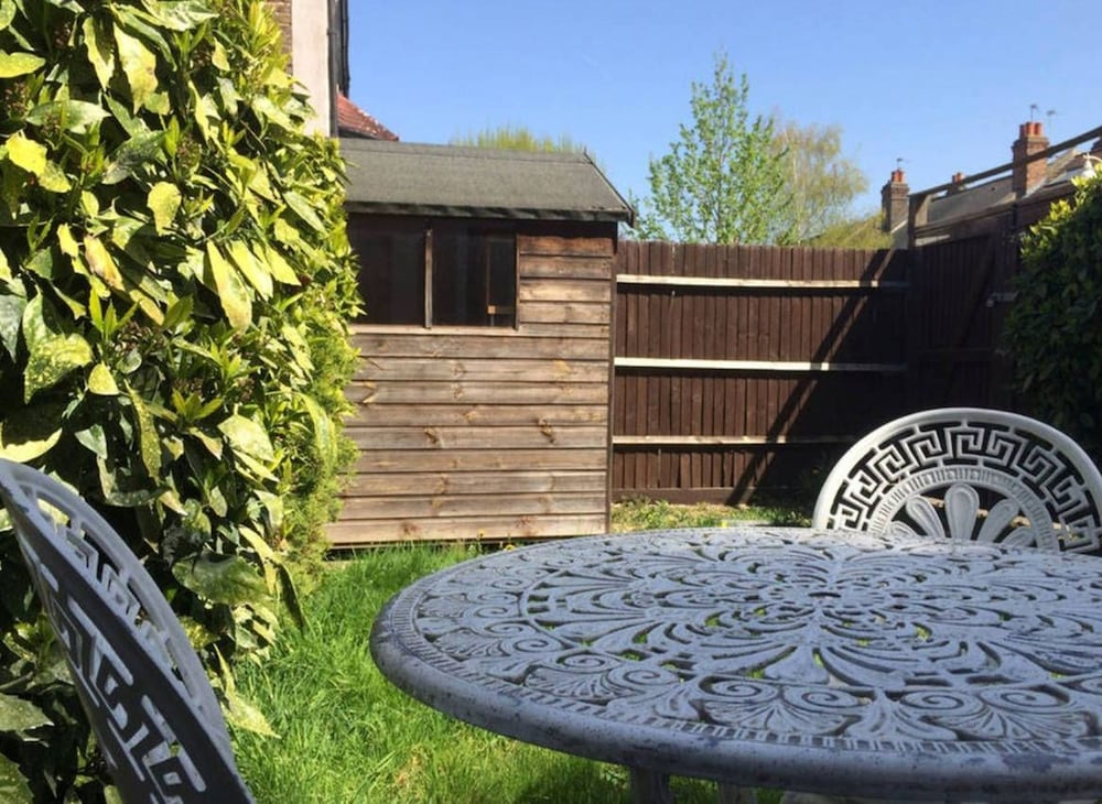 Great 2 BED in Northfields With Private Garden