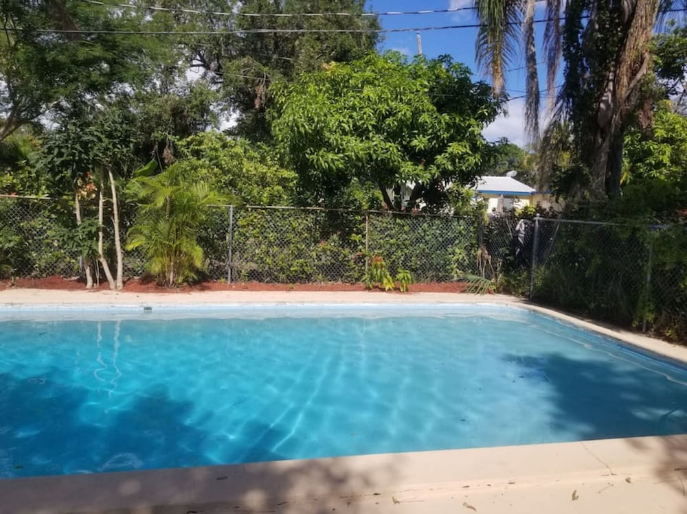 Beach only 4 miles away 2BR-1BTH w pool