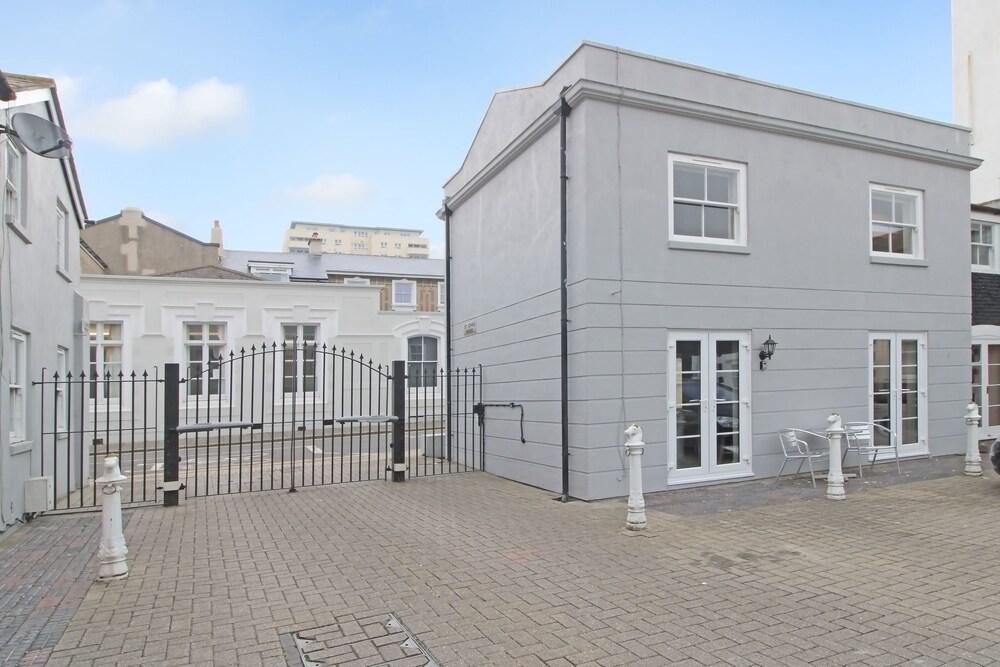 Brighton Getaways - Beach Lodge House