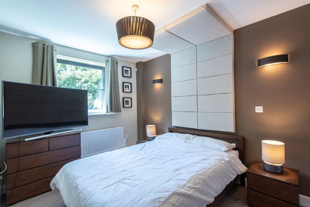 Lovely 2 Bed Flat - Airport/piccadilly Friendly