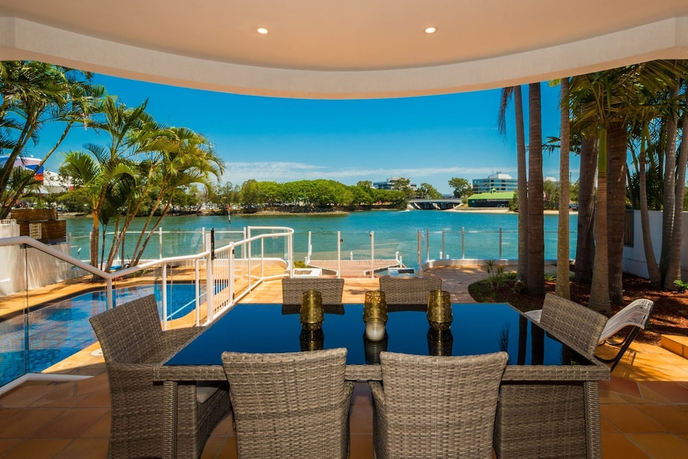Edgewater on Chevron Waterfront 5 Bedroom Deluxe House Central Surfers