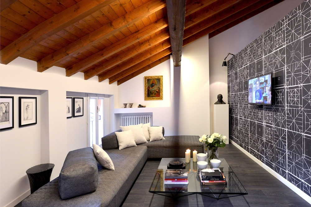 Al Cappello Rosso Suite Apartments