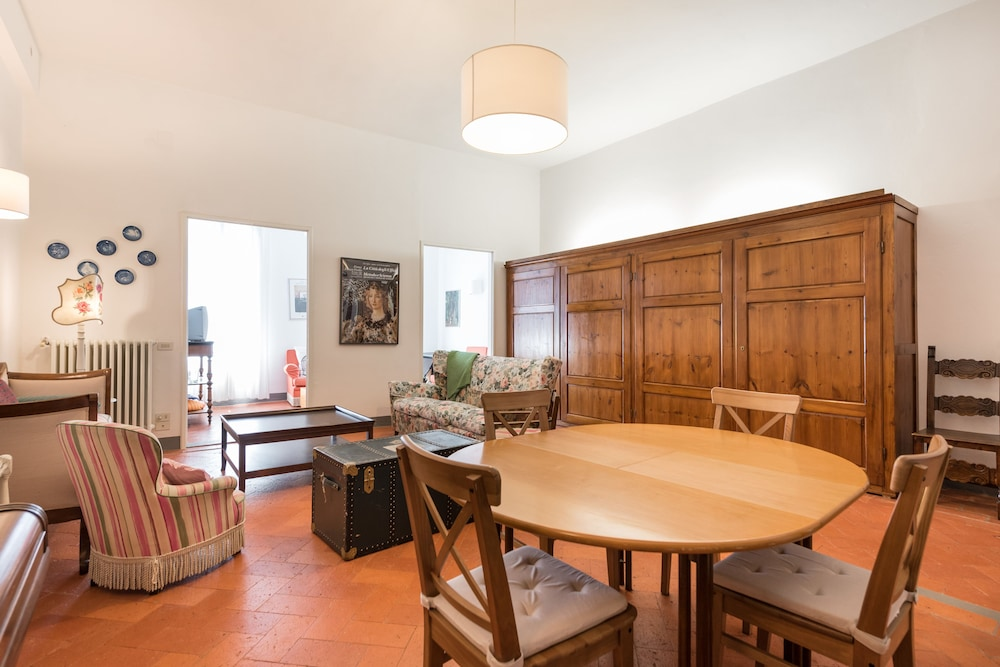 Pitti Large Apartment With Balcony