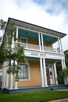 Arbor House Suites Bed and Breakfast