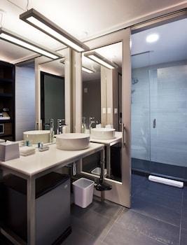 Aloft San Antonio Airport - Bathroom  - #0