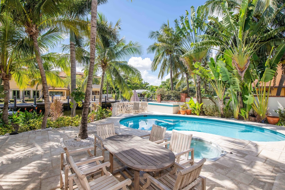 Luxe Waterfront 5br W/ Pool, Spa & Dock 5 Bedroom Home