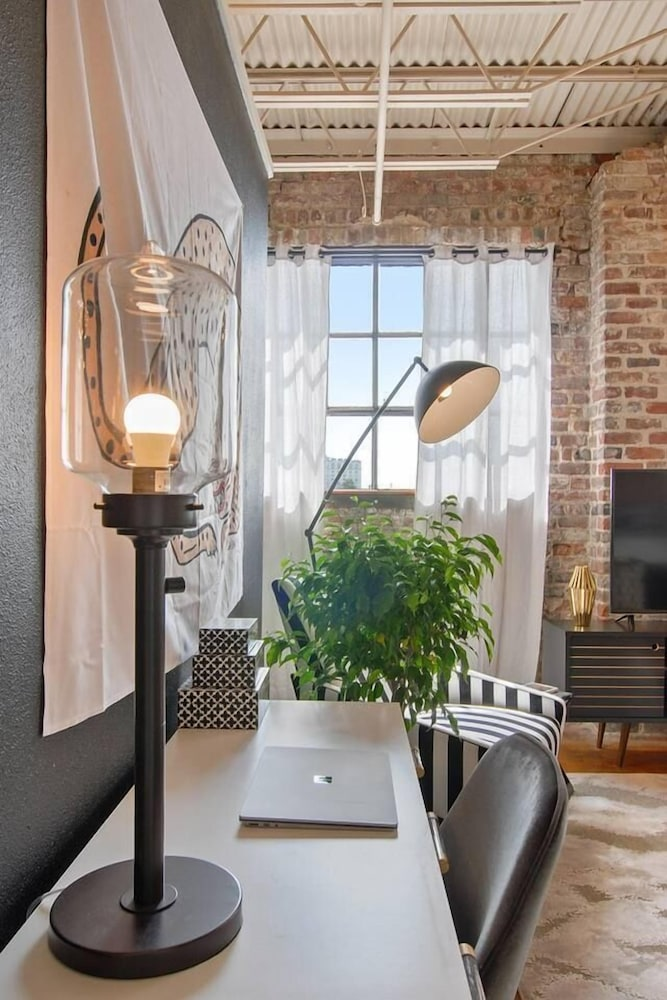 Stylish 2br/2ba Apt in Warehouse District by Domio